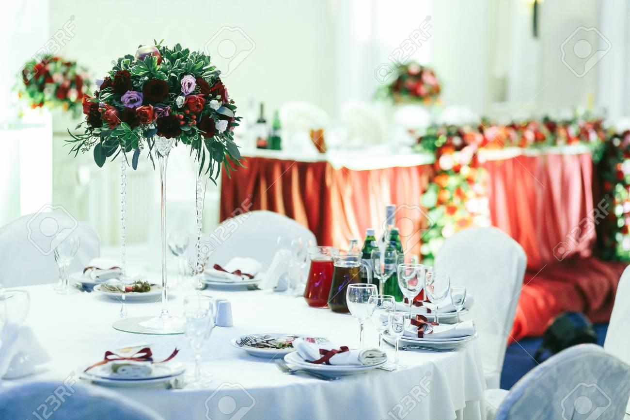 Hochzeitstische Im Restaurant Mit Roten Blumenstraussen Dekoriert
