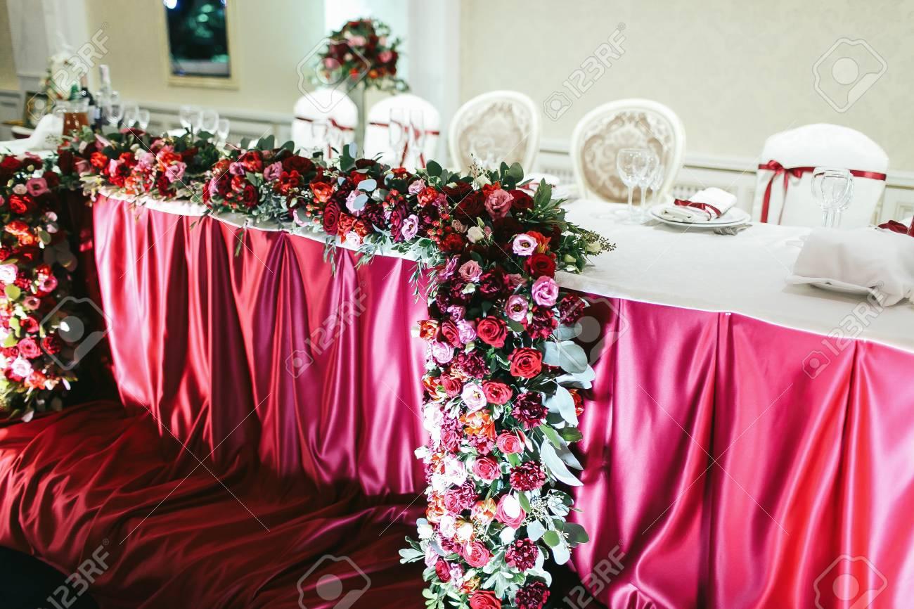 Der Strauss Roter Rosen Pionies Und Ranunculus Als Teil Der Hochzeit