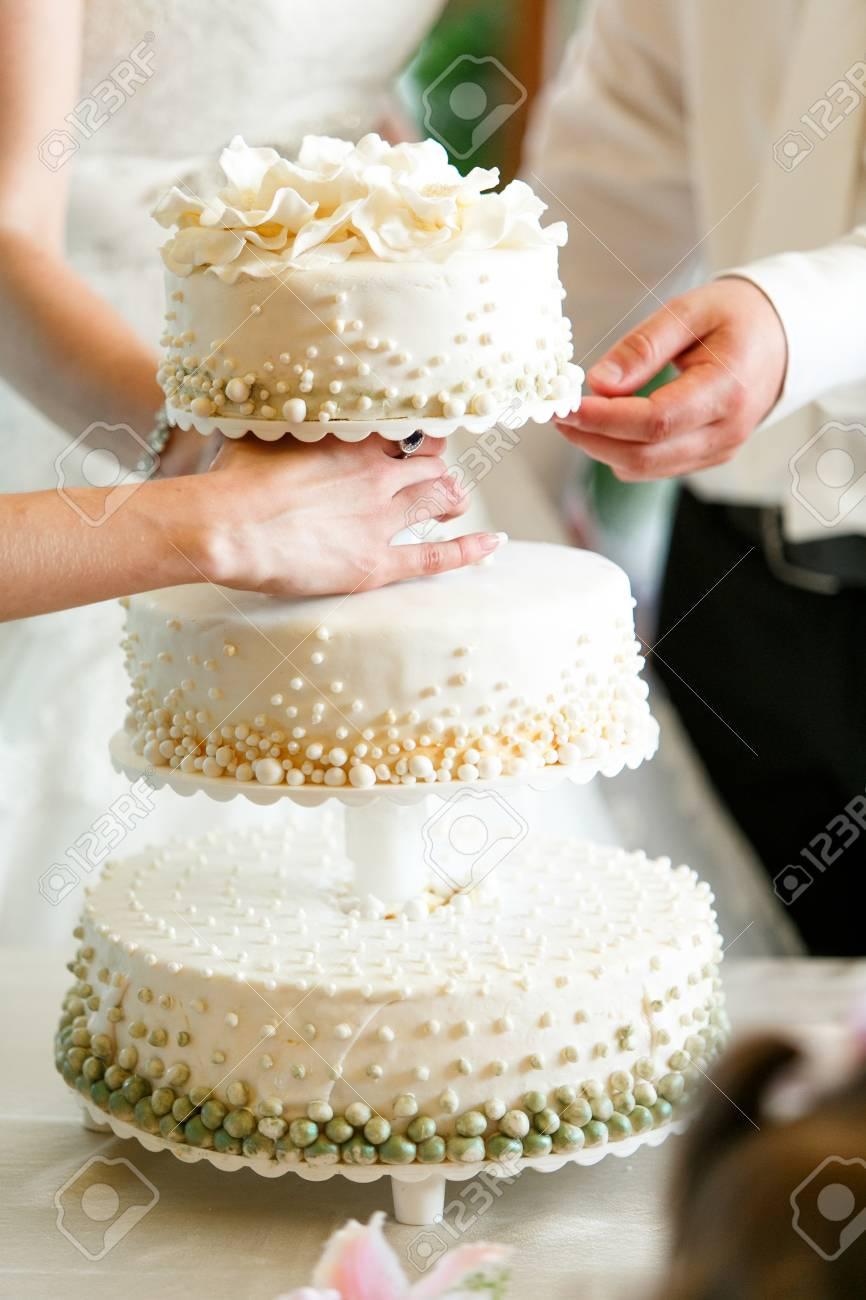 Eine Schone Hochzeitstorte Mit Grunen Und Weissen Perlen Verziert
