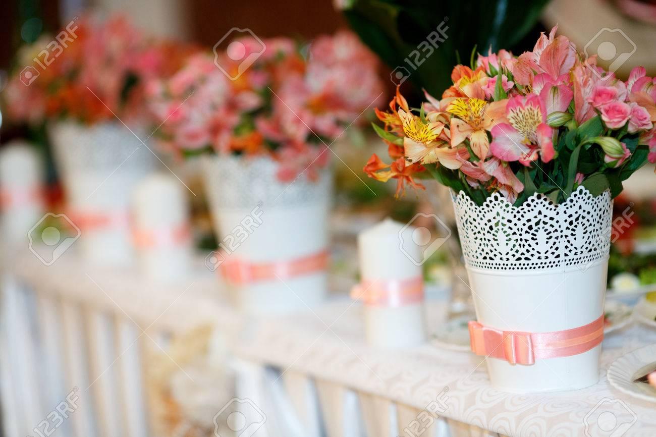 Blumendekorationen Mit Rosa Bandern Stehen Auf Dem Hochzeitstisch
