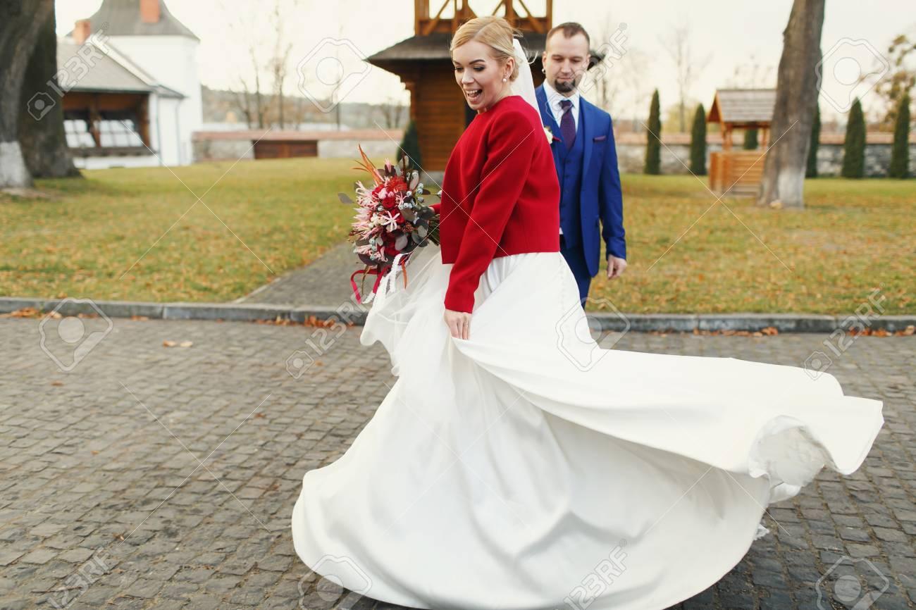 Mariée Impressionnant En Veste Rouge Mêle