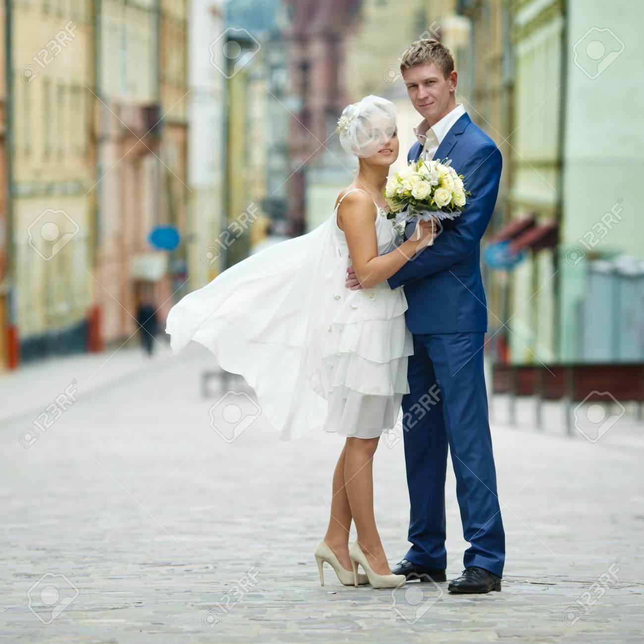 Wunderbar Strandhochzeitskleid Für Bräutigam Zeitgenössisch ...