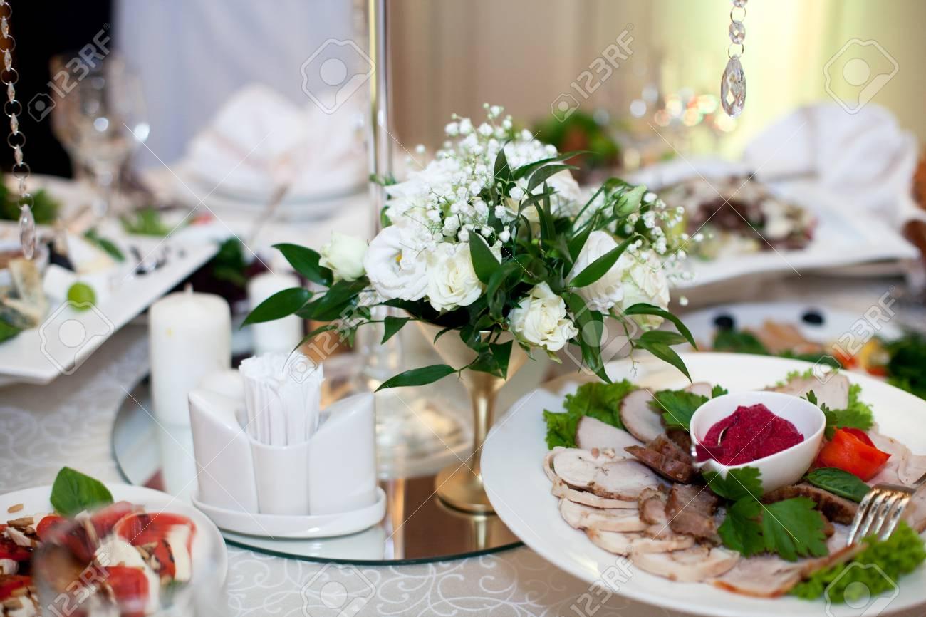 Kleine Weisse Blumenstrausse Stehen In Stahlvasen Auf Dem