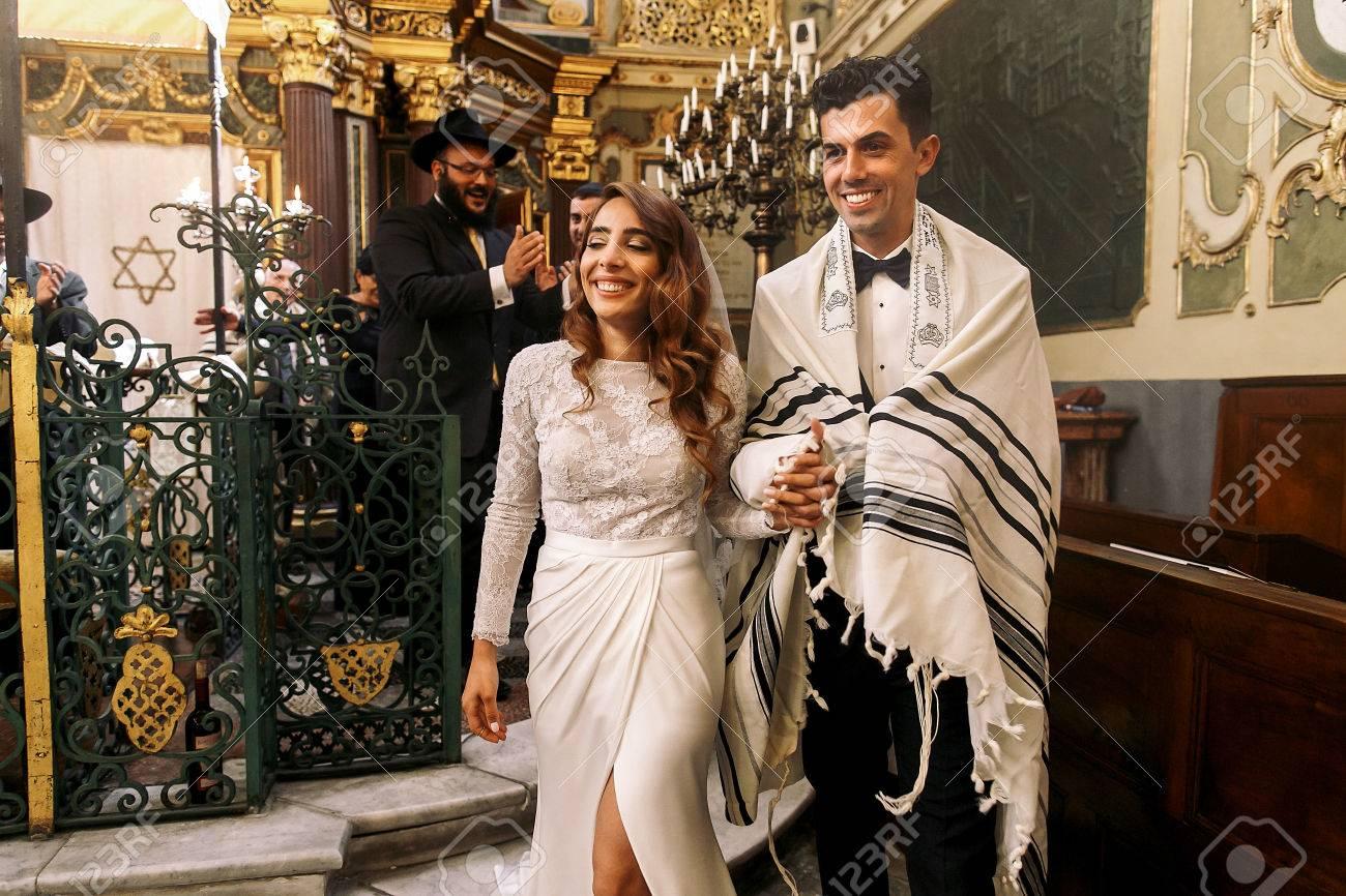 Judische Hochzeit Herrliche Lachelnde Braut Halt Den Arm Des