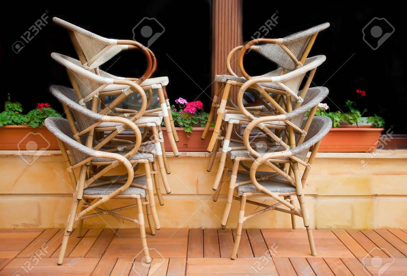 Sedie di paglia accatastate davanti ad una finestra buia di un luogo