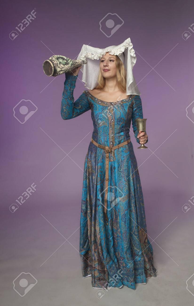 Tiro Del Estudio De La Muchacha Hermosa Vestida Como Dama Medieval ...