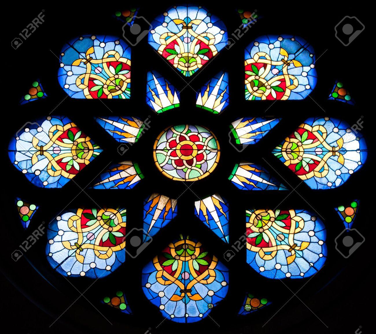 Fönster blyinfattade fönster : Blyinfattade Fönster FrÃ¥n En Kyrka I Serbien Royalty-Fria ...