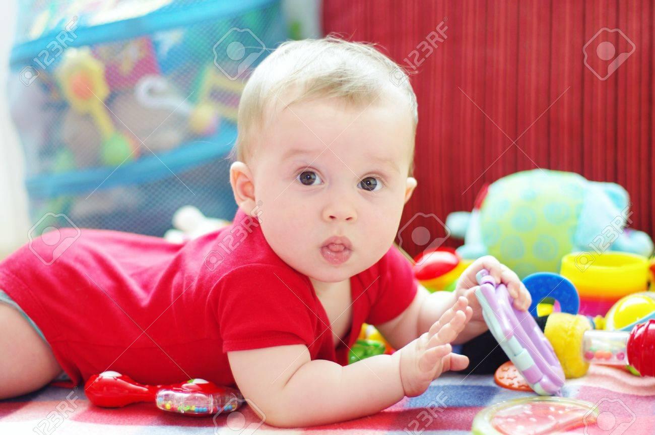 Ребенок до года играет фото