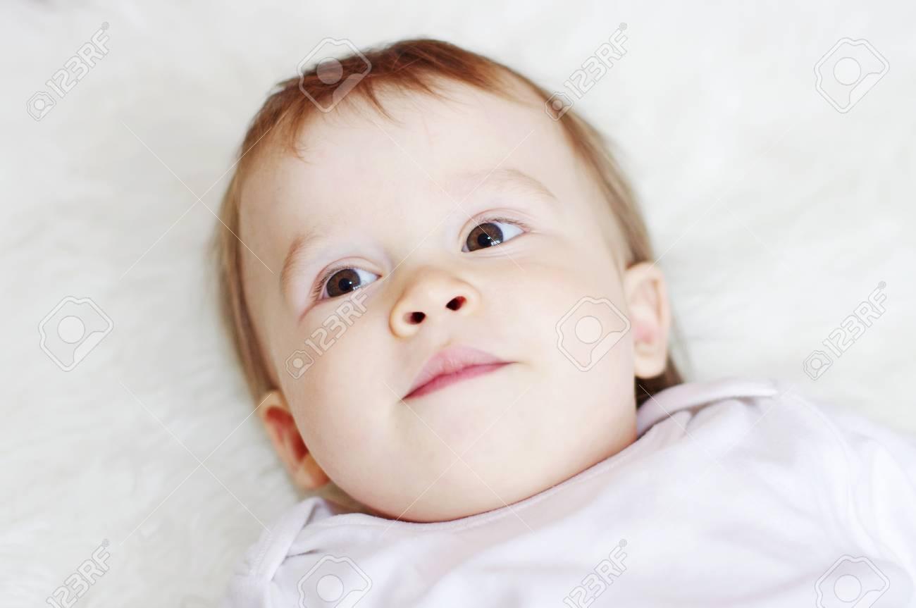 Retrato De La Hermosa Bebé De La Edad De 1 Año Que Miente En La Cama ...