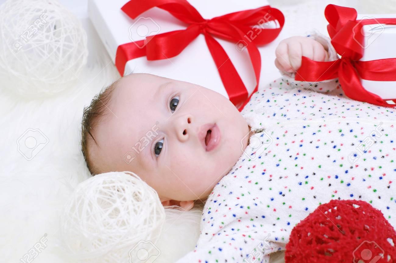 Lachelnden Baby Alter Von 3 Monaten Unter Geschenke Liegen