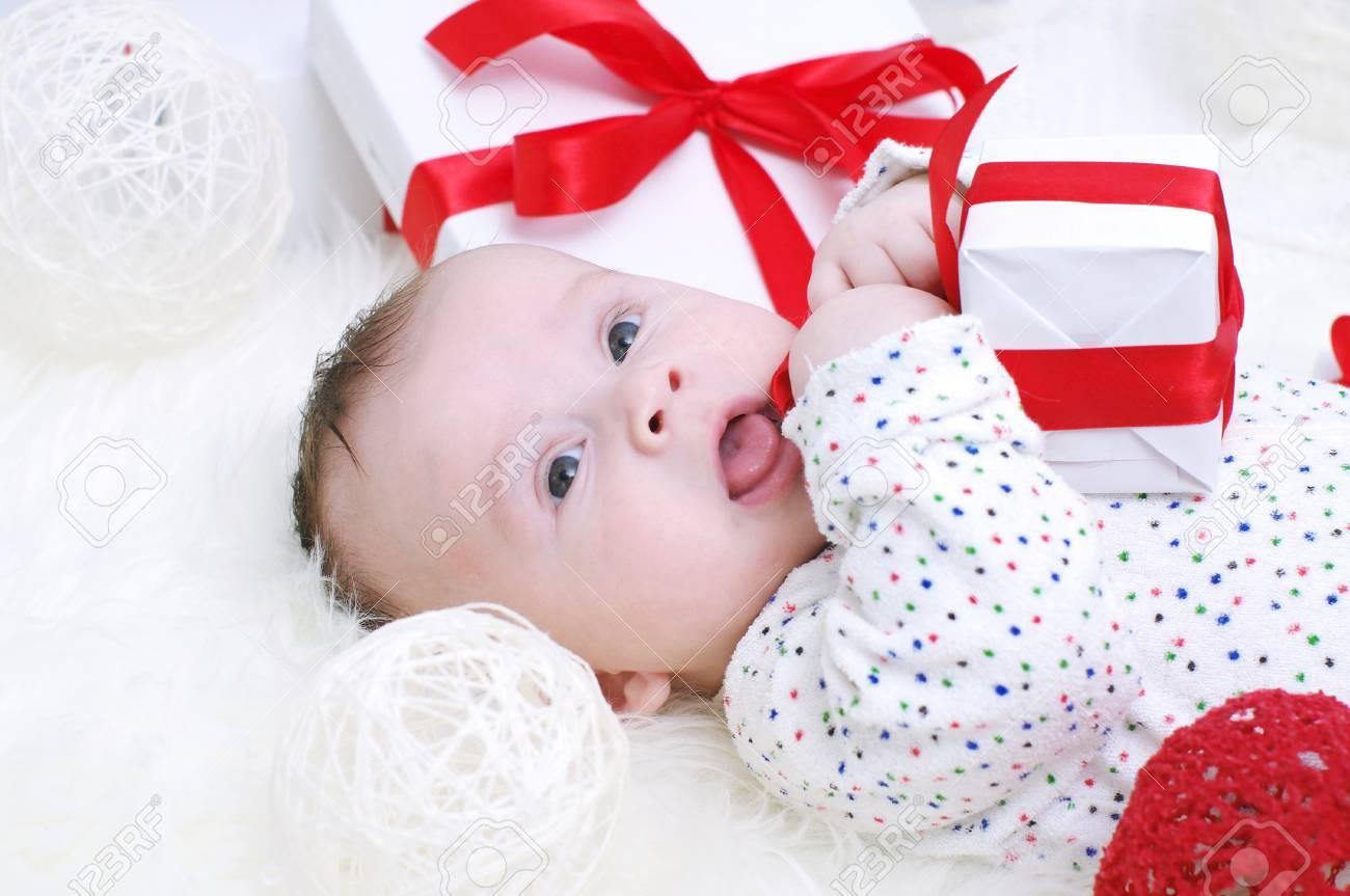 Baby Alter Von 3 Monaten Liegen Mit Geschenk In Den Handen