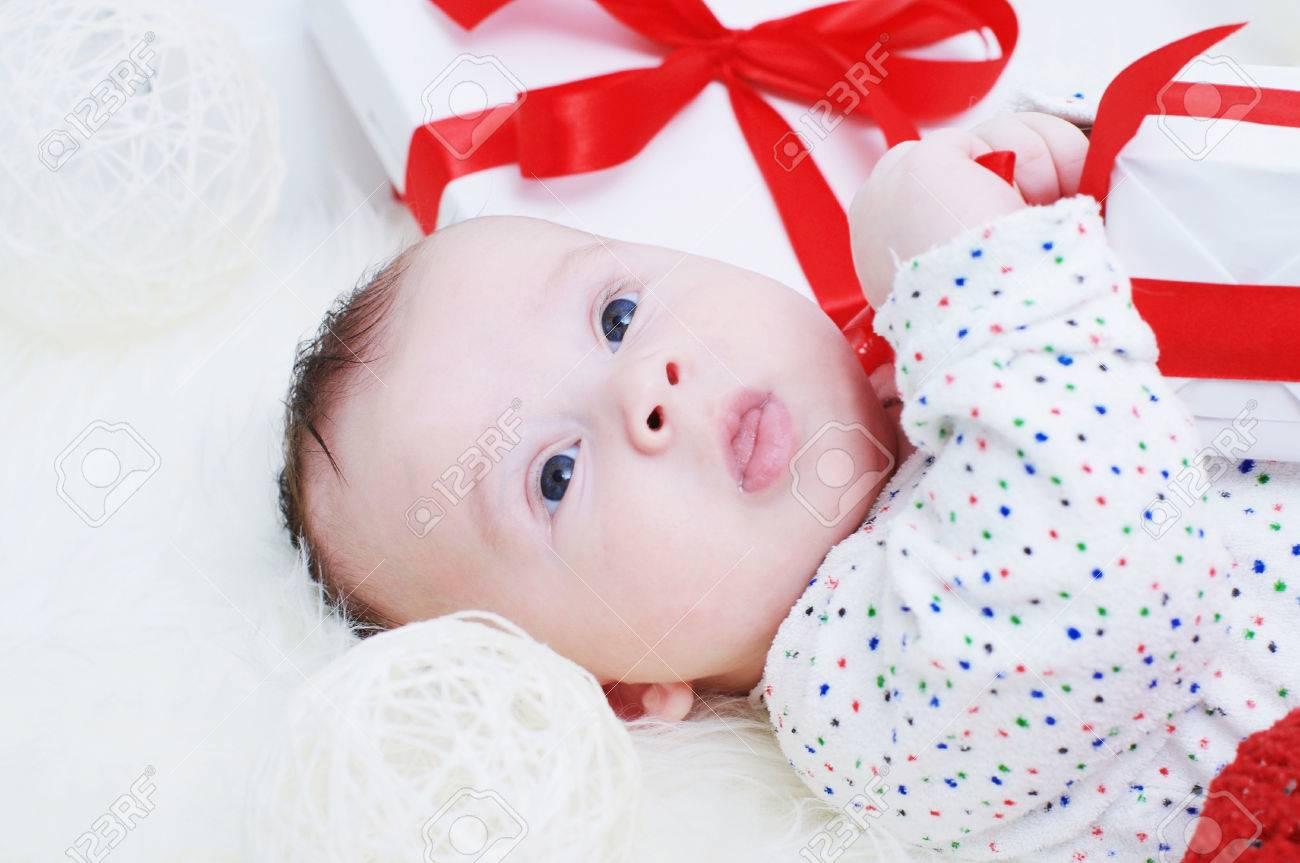 Schone Baby Alter Von 3 Monaten Unter Geschenke Liegen Lizenzfreie