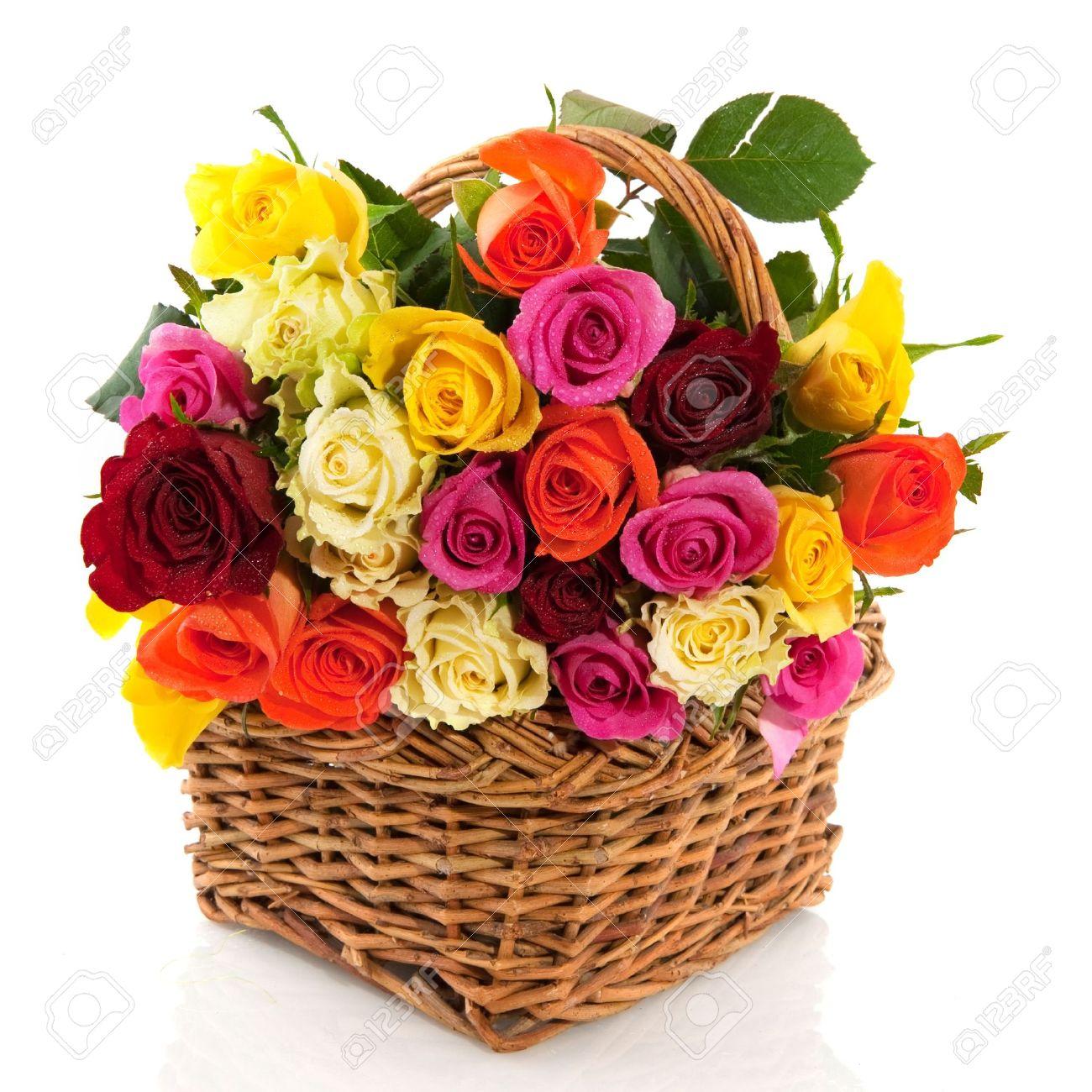 Panier Avec Un Bouquet De Roses Multicolores Isole Sur Blanc Banque