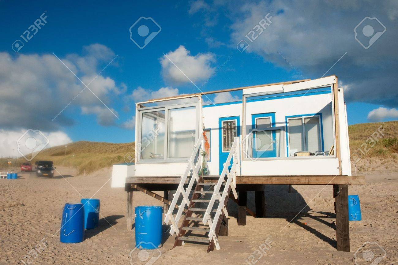 Simple beach house in blue and white at the Dutch coast Stock Photo - 7828876