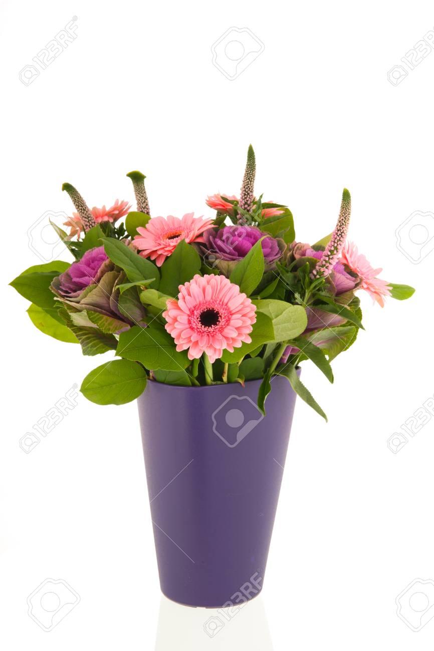 bouquet aux fleurs de gerber et chou déoration au vase bleu banque d