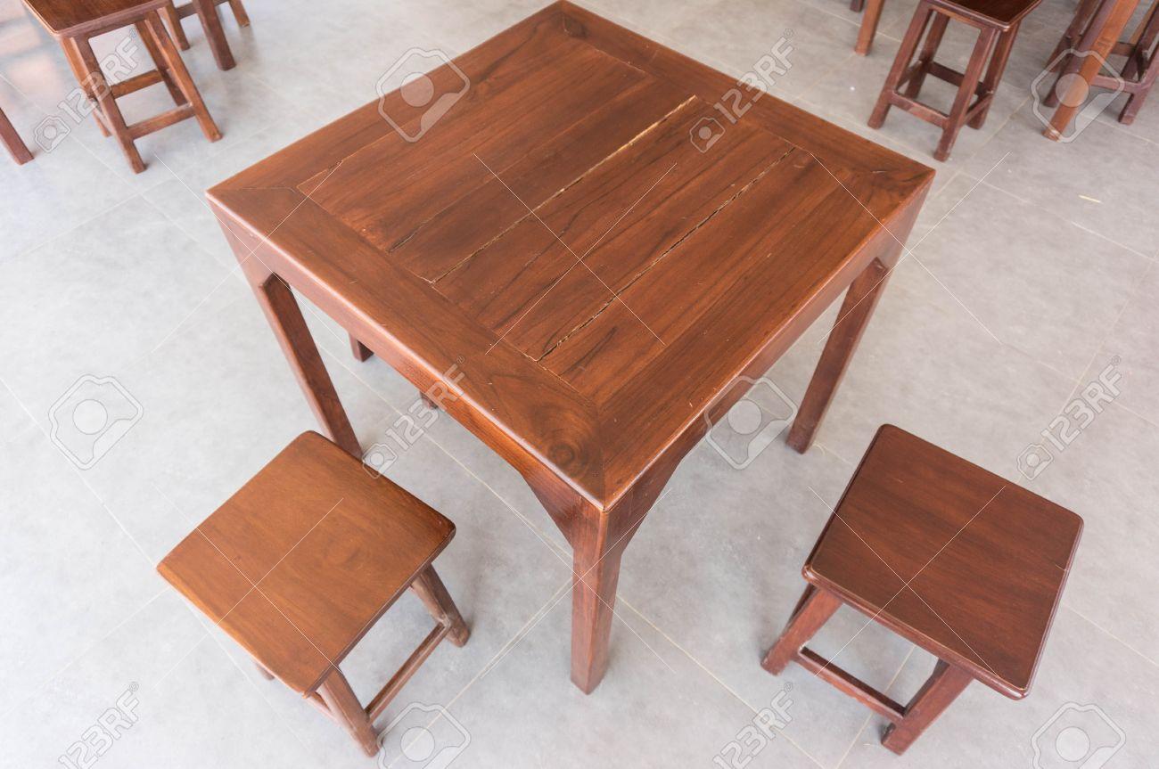 Tavoli Di Legno E Sedie Per Ristoranti Foto Royalty Free, Immagini ...