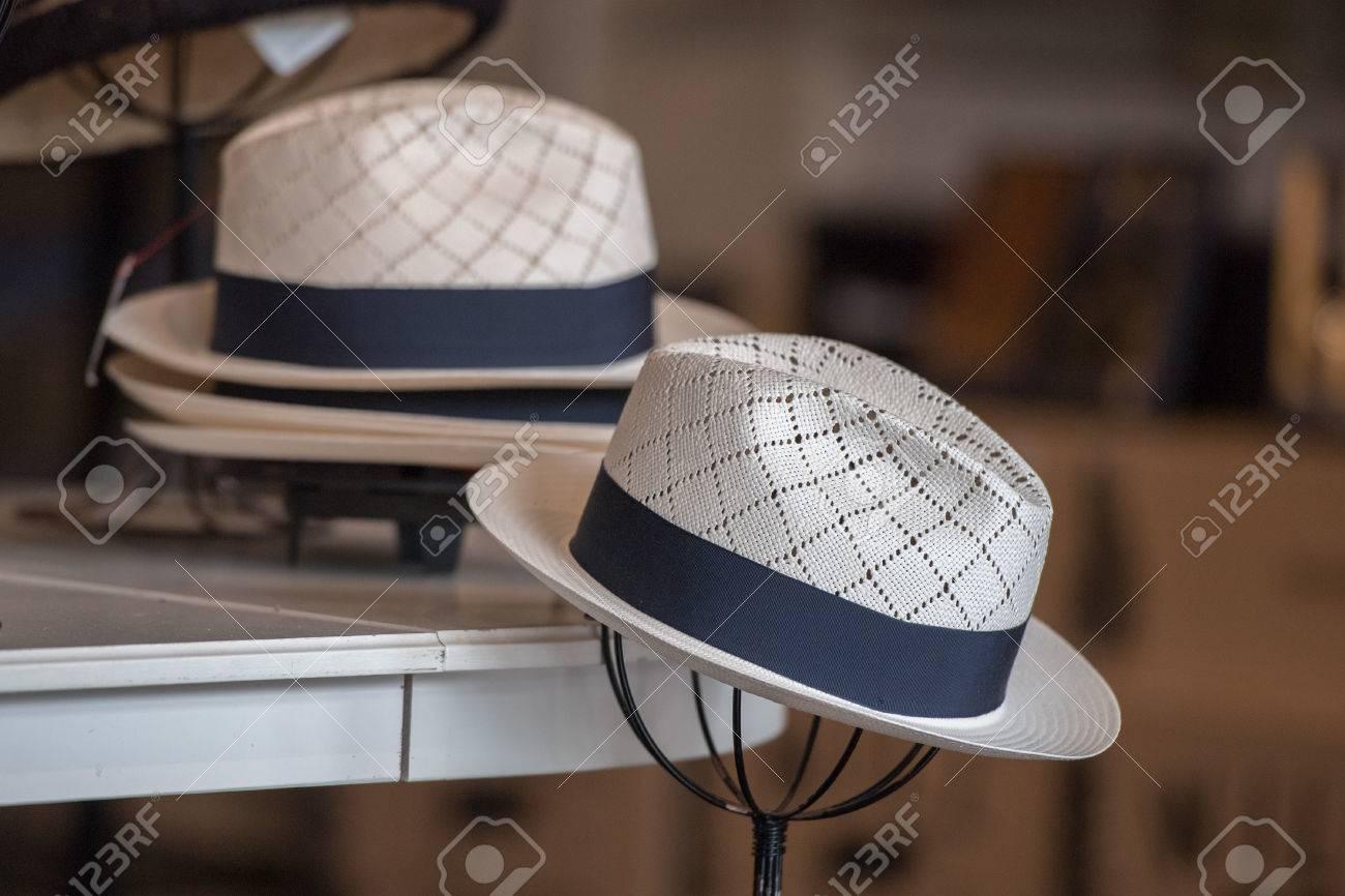 7a47a41554 Foto de archivo - Hombres y mujeres clásicos sombreros para la venta en una  tienda