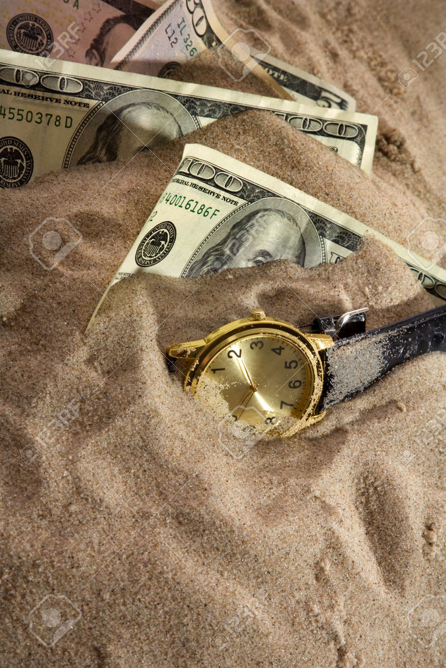 Clock and financial crisis on sand - 5016944
