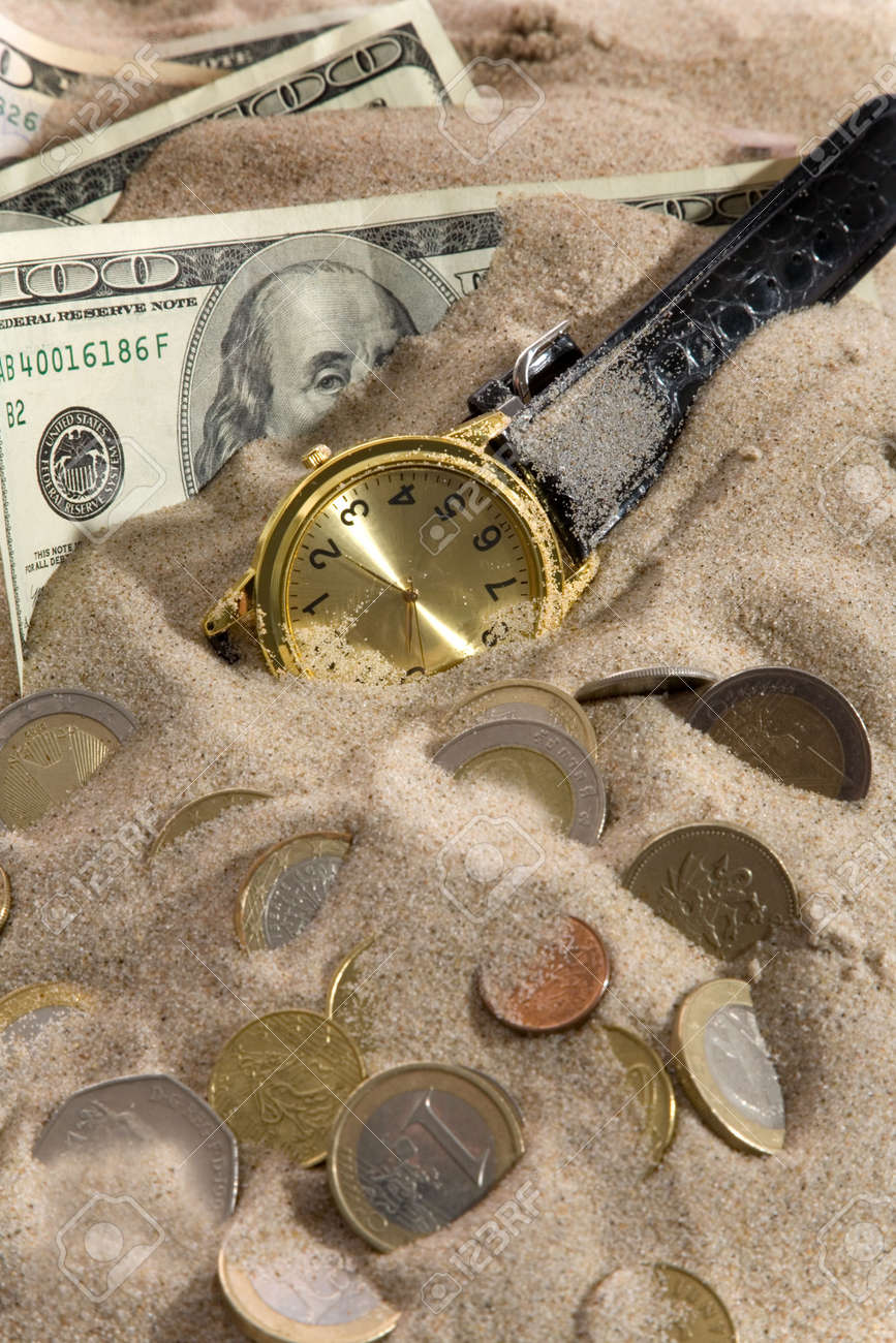 Clock and financial crisis on sand - 5016715