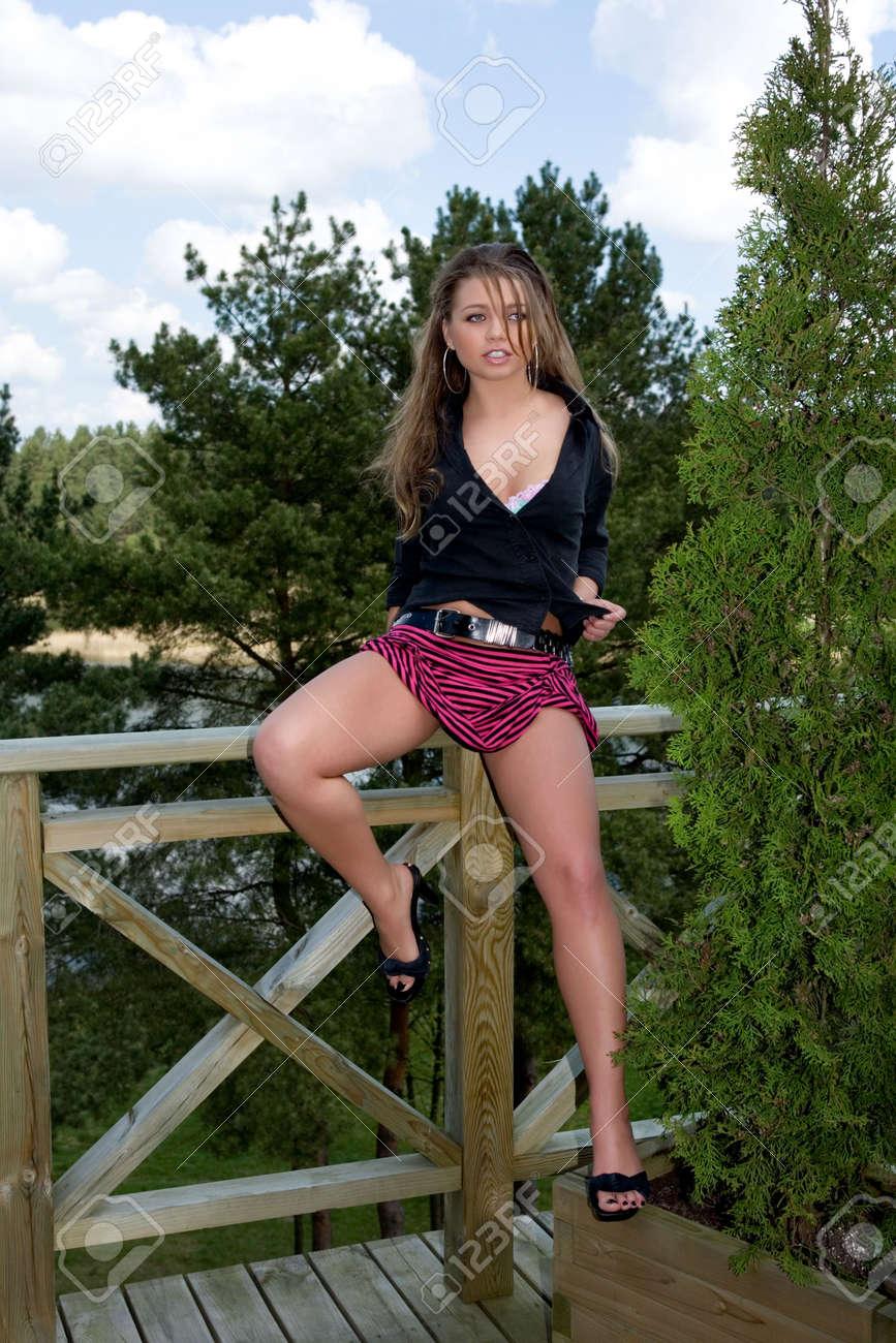 Девочка в юбочке мастурбирует