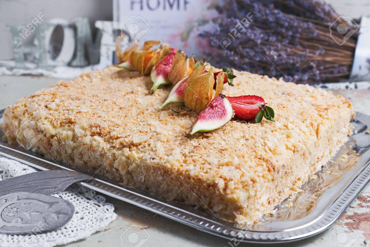 Selbst Gemachter Napoleon Kuchen Verziert Mit Beeren Und Blumen