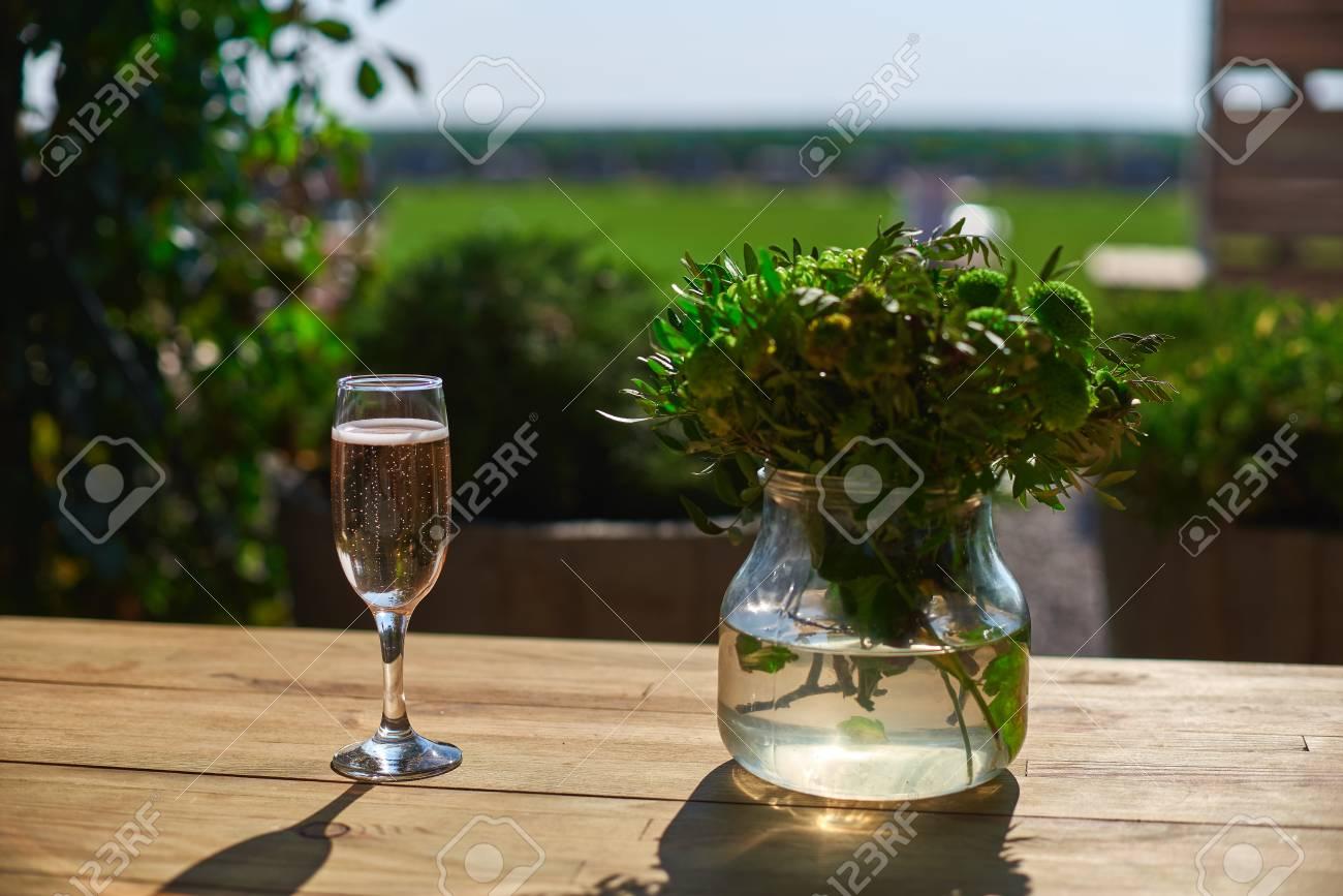 Vidrio Con Champán En Una Mesa De Madera Terraza Día Soleado