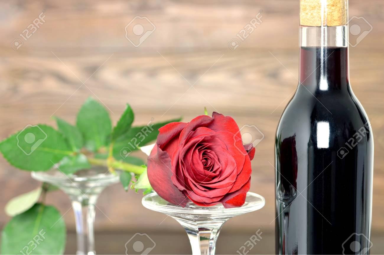 Joyeux Anniversaire Rose Rouge Deux Verres à Vin Et Bouteille De Vin Rouge Sur Fond En Bois