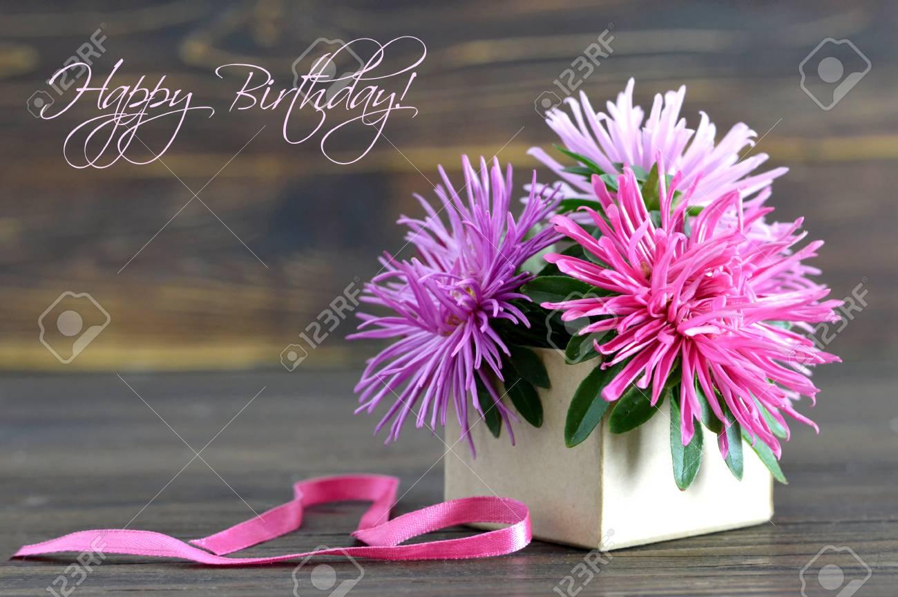 Carte De Joyeux Anniversaire Avec Des Fleurs Disposees Dans Une