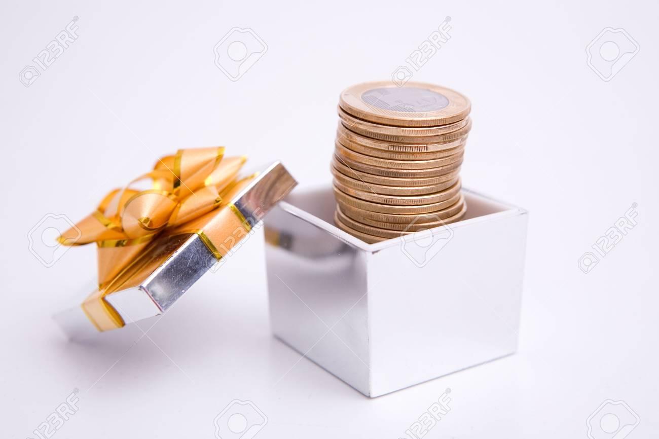 Box Geschenk Und Münzen Auf Dem Weißen Hintergrund Lizenzfreie Fotos