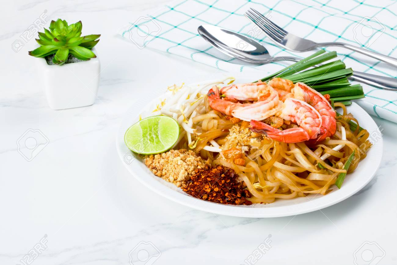 Dish of stir fried pad thai noodle with shrimp and mixed vegetable - 106197682
