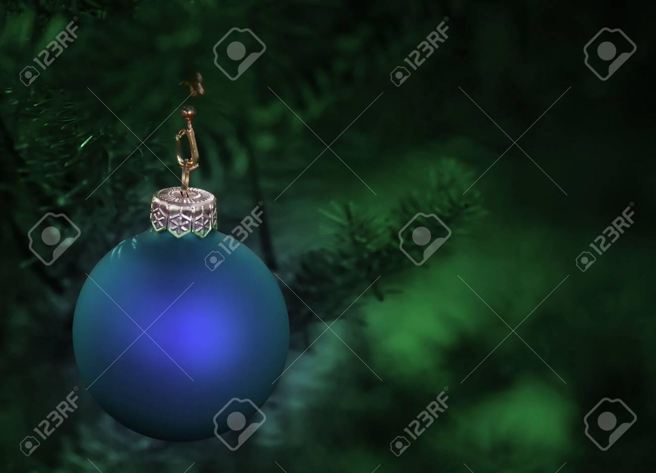 Albero Di Natale Con Decorazioni Blu : Albero di natale decorato con un blu bauble foto royalty free