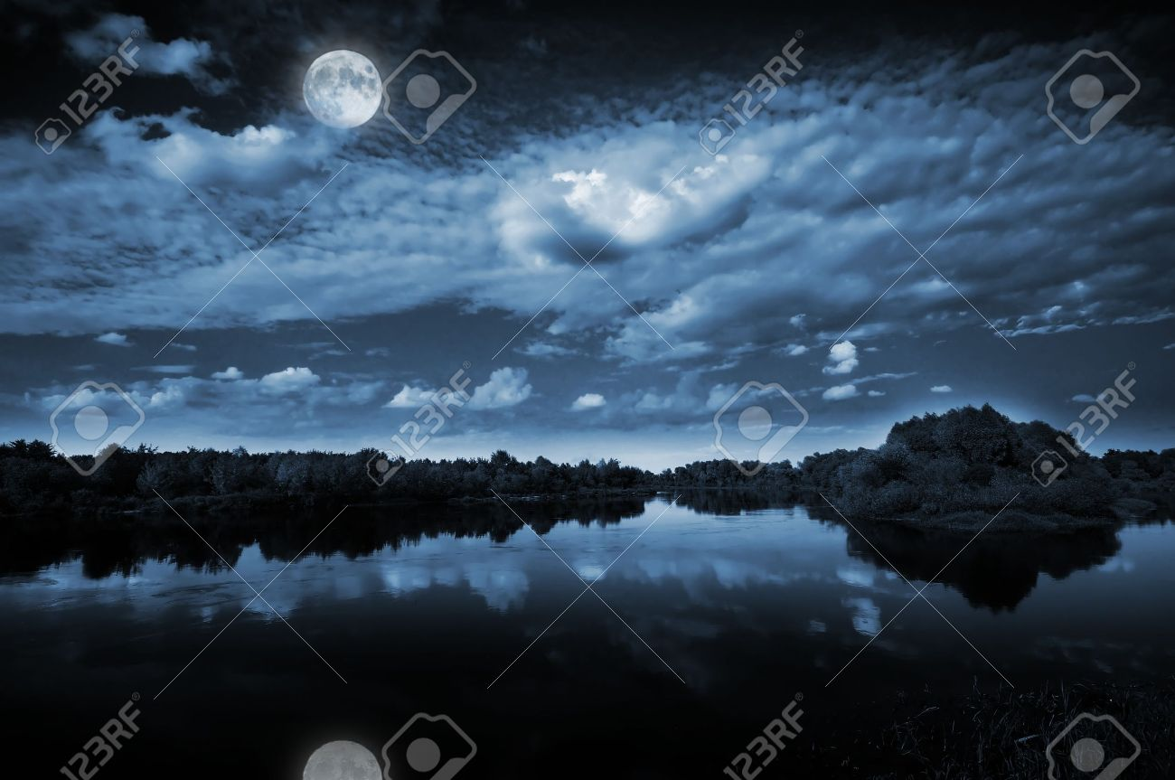 Beautiful full moon reflecting in a lake Stock Photo - 8897002