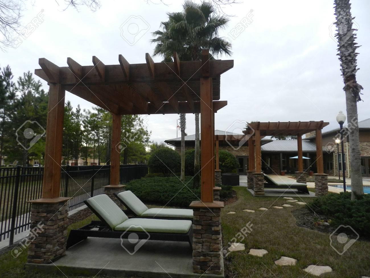 Jardin en terrasse dans un environnement de style méditerranéen - de style  copropriété en Floride