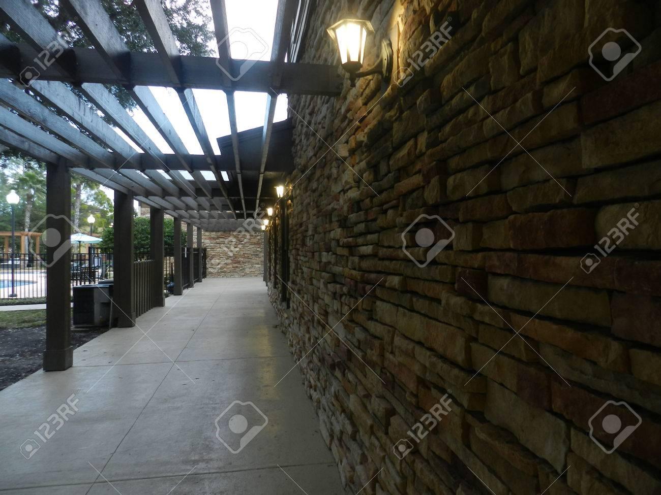 Muro Di Mattoni Con Il Legno. Ingresso Lusso Moderno Giardino ...