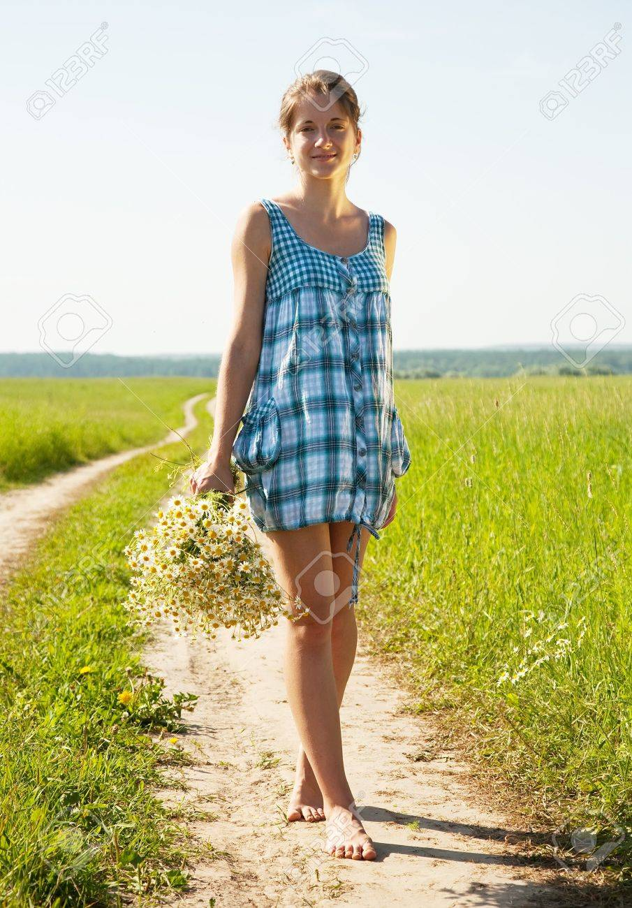 https://previews.123rf.com/images/jackf/jackf1007/jackf100700254/7334906-girl-with-bouquet-of-camomiles-walking-on-country-road-Stock-Photo.jpg