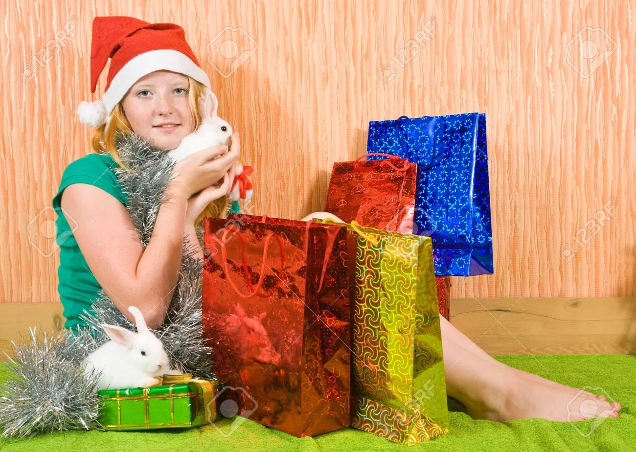 Teenager-Mädchen Mit Weihnachtsgeschenke Und Zwei Haustier-Kaninchen ...