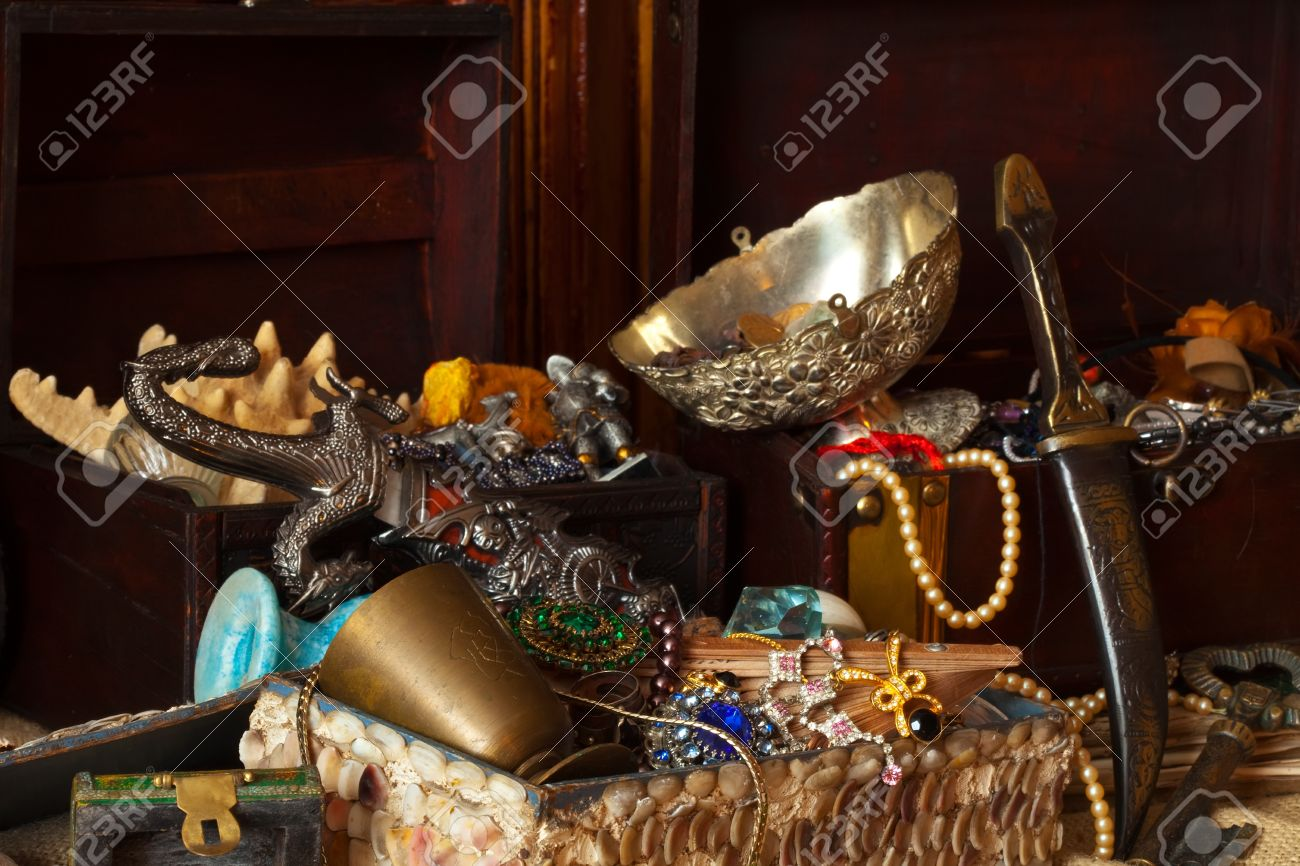 Old treasure chests with vintage gems and jewellery Stock Photo - 9977124