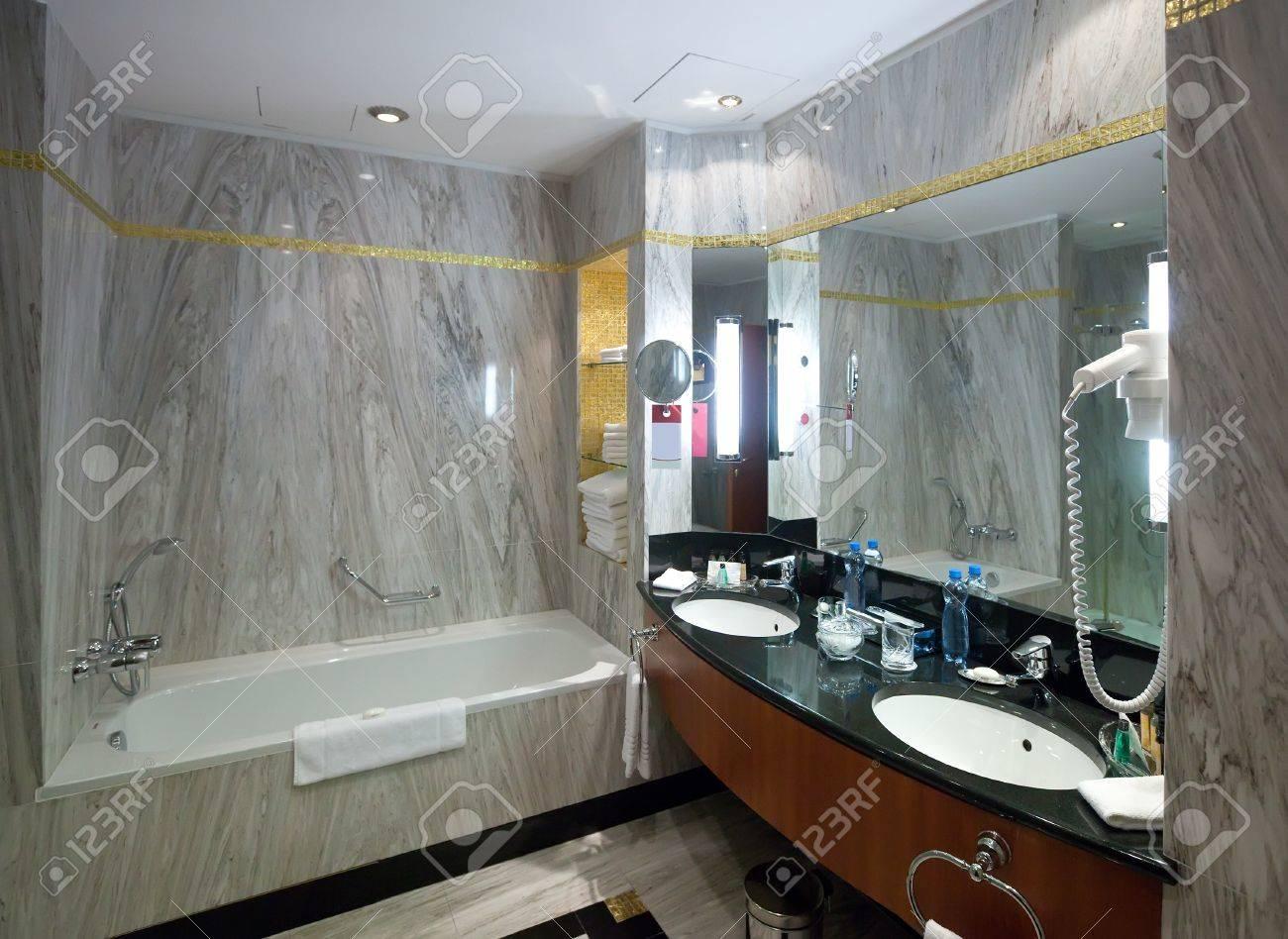 archivio fotografico interni dei bagni con pareti in marmo