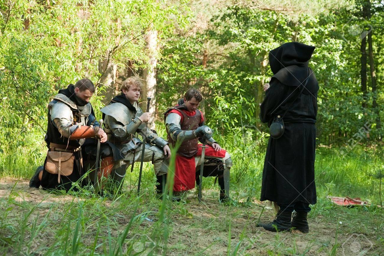 AAR PERISNO 12791085-ora-de-los-caballeros-en-armaduras-medievales-antes-de-capell%C3%A1n