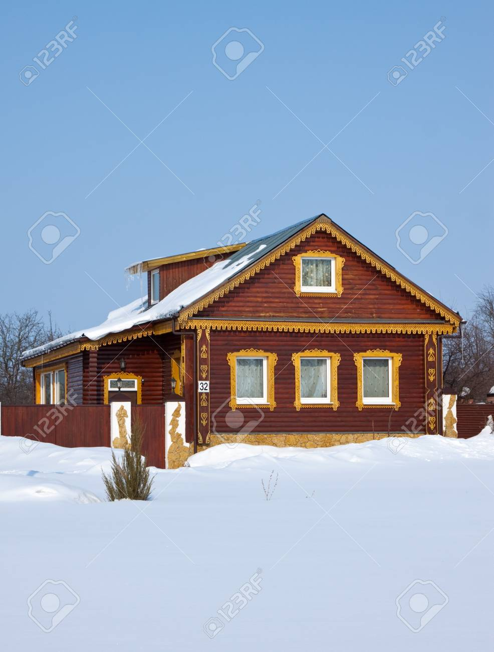 Wooden home in winter street at Suzdal  Russia Stock Photo - 12790043