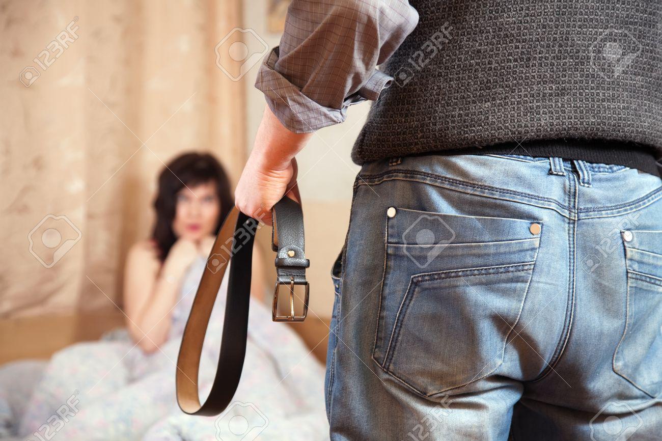 Красивая дочь наказана отцом в жопу