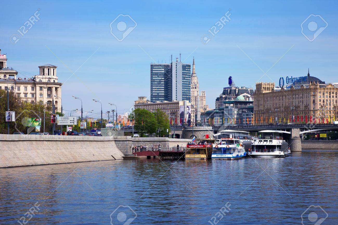 MOSCOW, RUSSIA - MAY 6: View of Borodinsky Bridge in May 6, 2012 in Moscow, Russia. Was built in 1911�1912 and reconstruction in 1952 and 2001. After reconstruction, length of the bridge was 352 m Stock Photo - 13789957