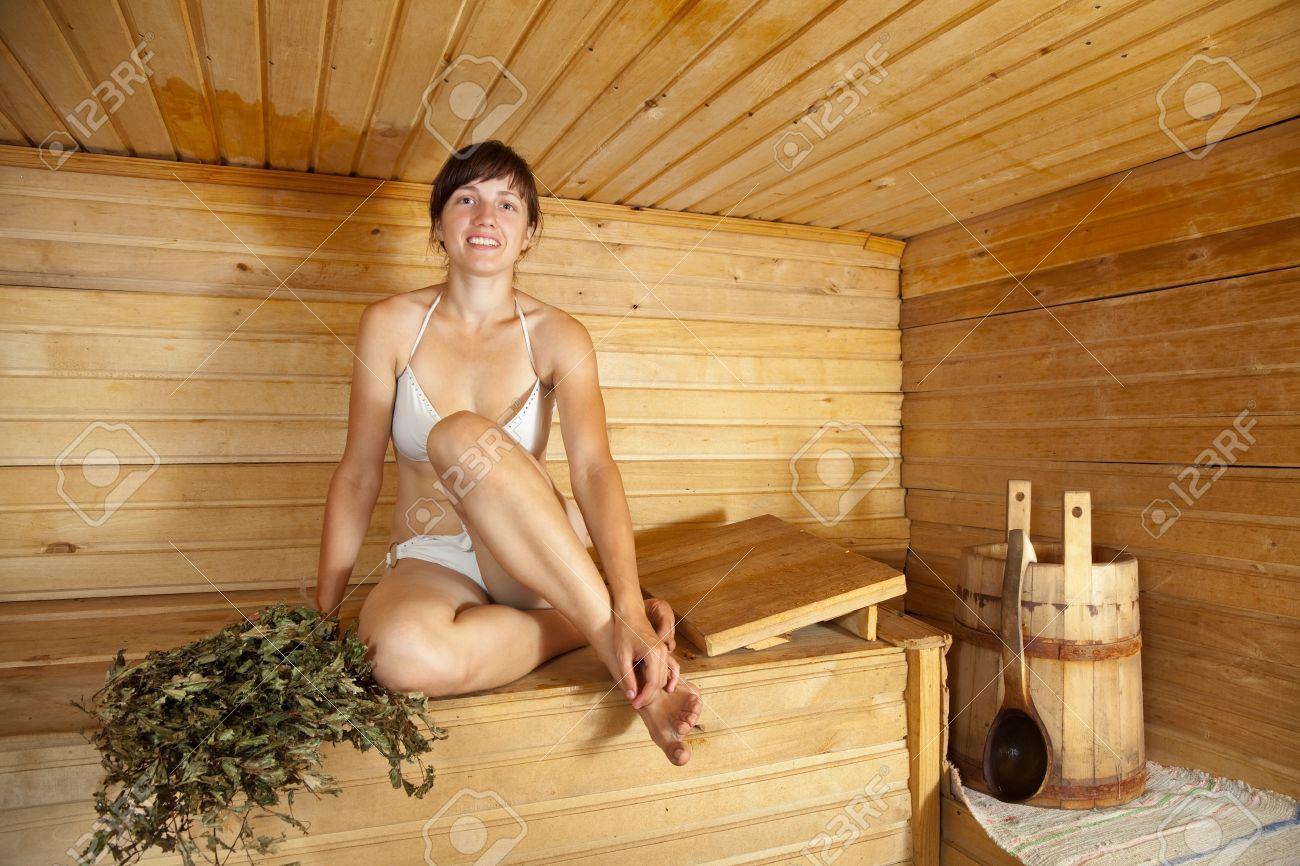 golie-zhenshini-v-bane-domashnee