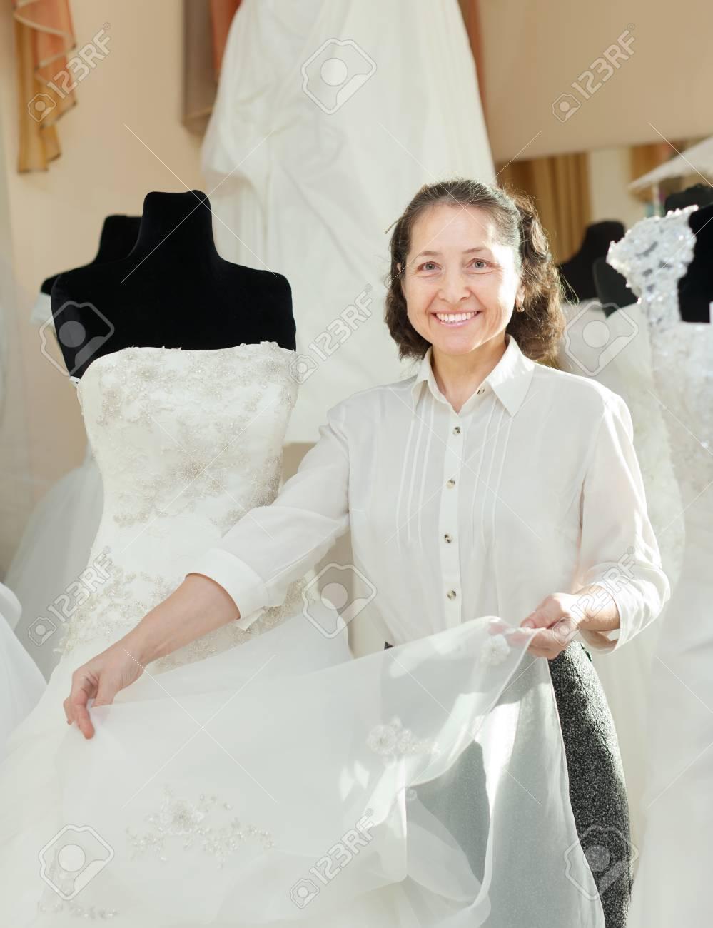 Verkäuferin Zeigt Brautkleid Bei Der Hochzeit Shop Lizenzfreie Fotos ...