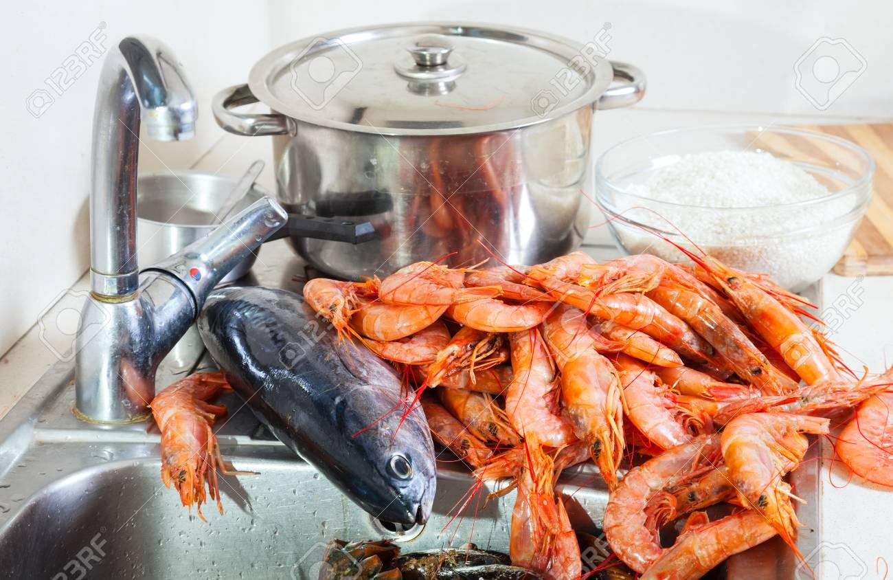 Gambas Crudas Y Pescados Frescos En El Fregadero En La Cocina ...