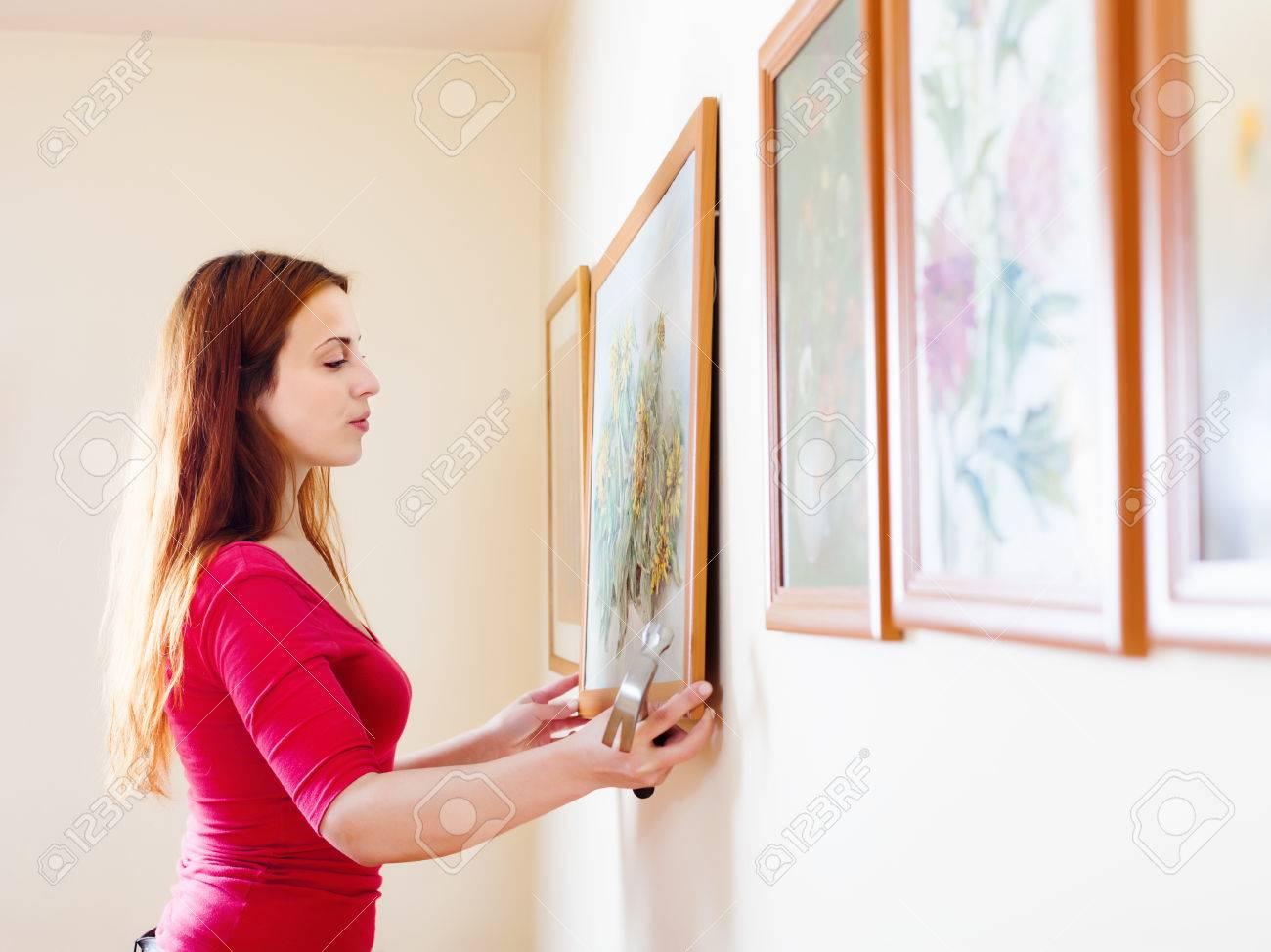 フレームの壁に絵を掛ける長い髪の少女 の写真素材・画像素材 Image ...
