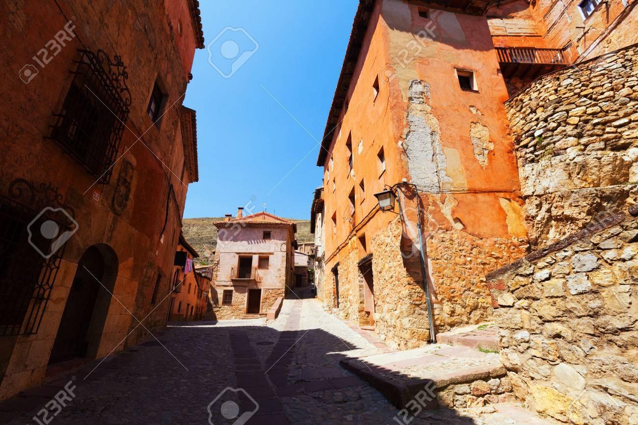 スペインの町の普通の通りに石の...