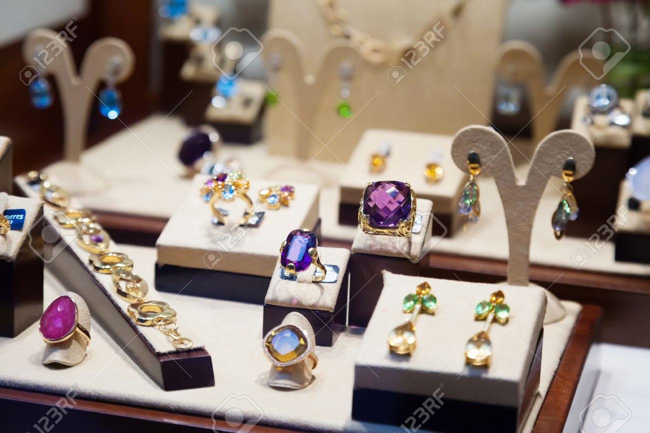 6f66eb7fb855 Foto de archivo - Joyas de oro con piedras preciosas en escaparate de la  tienda de joyería
