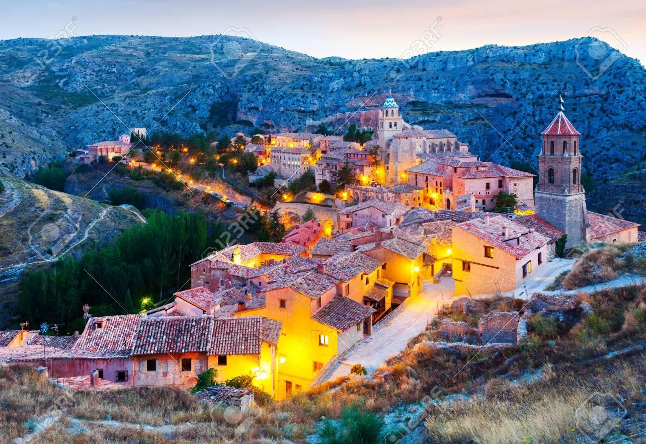Vista De La Ciudad Española En La Noche - Albarracín. Aragón ...