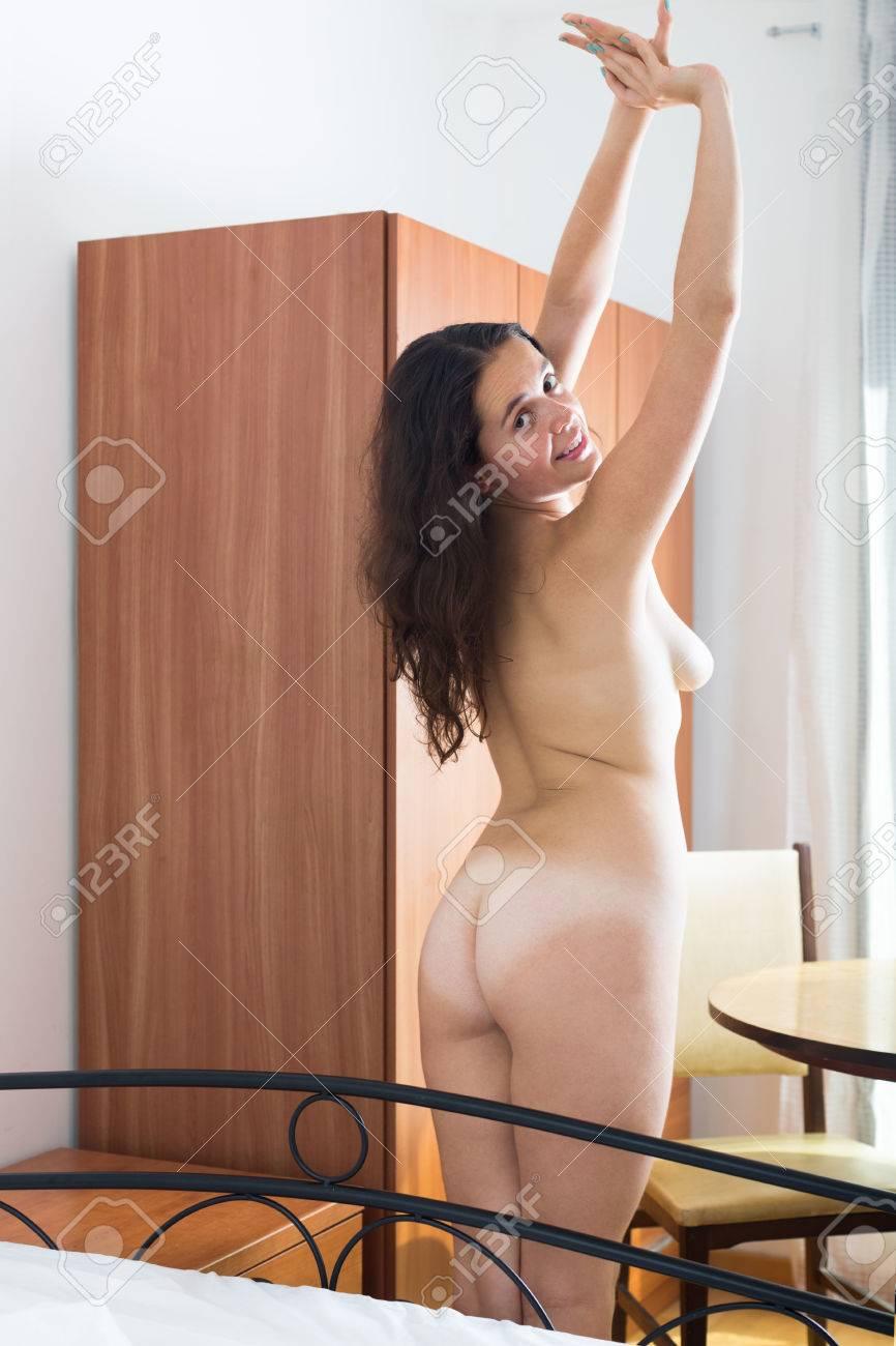 Langhaarige Brünette Frau, Die Sich Nackt Im Schlafzimmer ...
